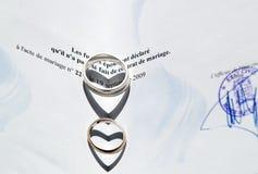 Boucles de mariage et certificat de mariage Images stock