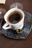 Boucles de mariage et cuvette de café Photographie stock libre de droits