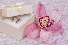 Boucles de mariage et fleur d'orhid image stock
