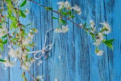 Boucles de mariage et fleurs de source Image libre de droits