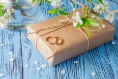 Boucles de mariage et fleurs de source Photo libre de droits