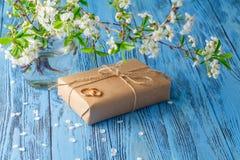Boucles de mariage et fleurs de source Images stock