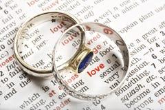 Boucles de mariage et l'amour de mot Photo libre de droits