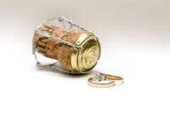 Boucles de mariage et liège de champagne Images libres de droits