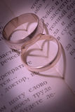 Boucles de mariage et nuances sous forme de coeur Photographie stock