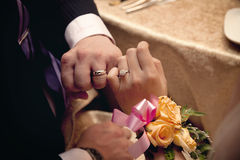 Boucles de mariage et promesse d'amour Image libre de droits