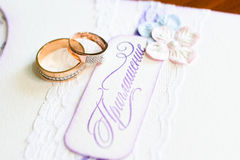 Boucles de mariage et une invitation Photos stock
