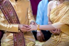 Boucles de mariage Il a mis l'anneau de mariage sur elle Fermez vers le haut du marié Put l'anneau sur la jeune mariée Photo stock