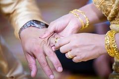 Boucles de mariage Il a mis l'anneau de mariage sur elle Fermez vers le haut du marié Put l'anneau sur la jeune mariée Photo libre de droits