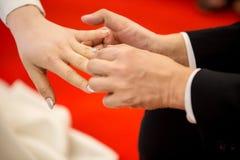 Boucles de mariage Il a mis l'anneau de mariage sur elle Fermez vers le haut du marié Put l'anneau sur la jeune mariée Images stock