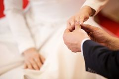 Boucles de mariage Il a mis l'anneau de mariage sur elle Fermez vers le haut du marié Put l'anneau sur la jeune mariée Photographie stock