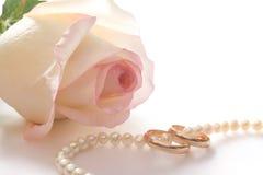 Boucles de mariage, programmes de perle et rose, d'isolement Photographie stock libre de droits
