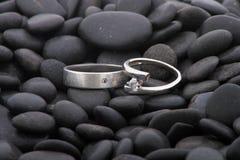 Boucles de mariage sur des cailloux Photos libres de droits