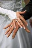 Boucles de mariage sur des doigts Image stock