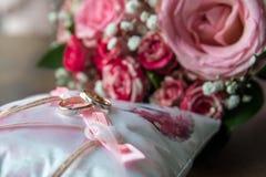 Boucles de mariage sur l'oreiller Image libre de droits