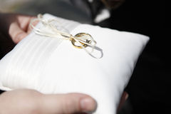 Boucles de mariage sur l'oreiller Photo libre de droits