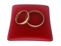 Boucles de mariage sur l'oreiller rouge Photographie stock