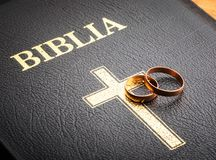 Boucles de mariage sur la bible image libre de droits