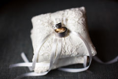 Boucles de mariage sur la pelote à épingles Photos libres de droits