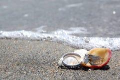 Boucles de mariage sur la plage par la mer Images libres de droits