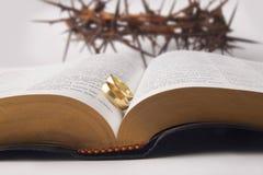 Boucles de mariage sur la Sainte Bible Images stock