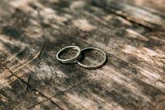 Boucles de mariage sur la surface en bois Fin vers le haut Images libres de droits