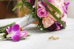 Boucles de mariage sur la table Images stock