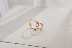 Boucles de mariage sur la table Photos stock