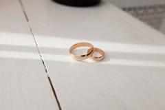 Boucles de mariage sur la table Photographie stock libre de droits