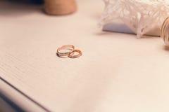 Boucles de mariage sur la table Photo libre de droits