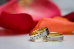Boucles de mariage sur la table blanche image libre de droits