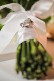 Boucles de mariage sur le bouquet photos libres de droits