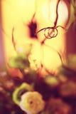 Boucles de mariage sur le bouquet Image libre de droits