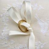 Boucles de mariage sur le coussin fabriqué à la main Photo stock