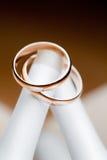 Boucles de mariage sur le talon Photographie stock libre de droits