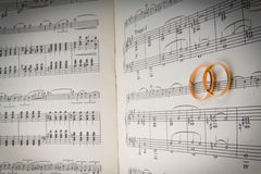Boucles de mariage sur les coeurs de notes.music Images libres de droits
