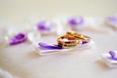 Boucles de mariage sur un coussin photographie stock libre de droits