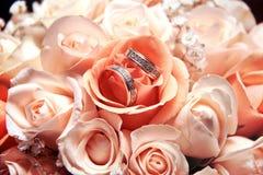 Boucles de mariage sur un fond photo stock