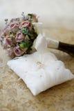 Boucles de mariage sur un oreiller Image libre de droits