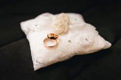 Boucles de mariage sur un oreiller Photographie stock libre de droits