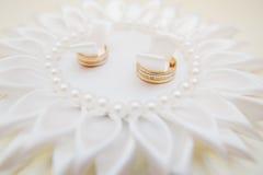 Boucles de mariage sur un oreiller Photographie stock