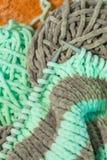 Boucles de tricotage sur les aiguilles de tricotage épaisses image libre de droits