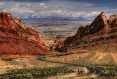 Boucles des routes dans un horizontal Photos stock