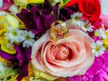 Boucles et bouquet de mariage image libre de droits