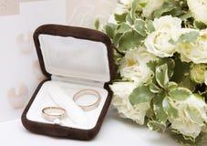 Boucles et bouquet de mariage Photos stock