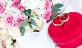 Boucles et fleurs de mariage Images stock