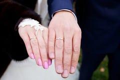 Boucles et mains de mariage Photographie stock libre de droits