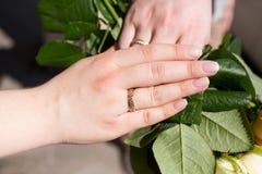 Boucles et mains de mariage Photos libres de droits