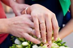 Boucles et mains de mariage Image stock