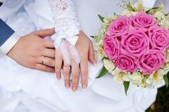 Boucles et mains de mariage Images libres de droits